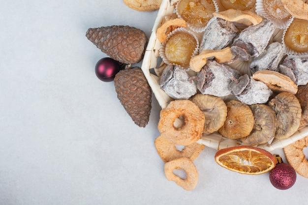 Een mand met gemengde gezonde gedroogde vruchten met dennenappels. hoge kwaliteit foto