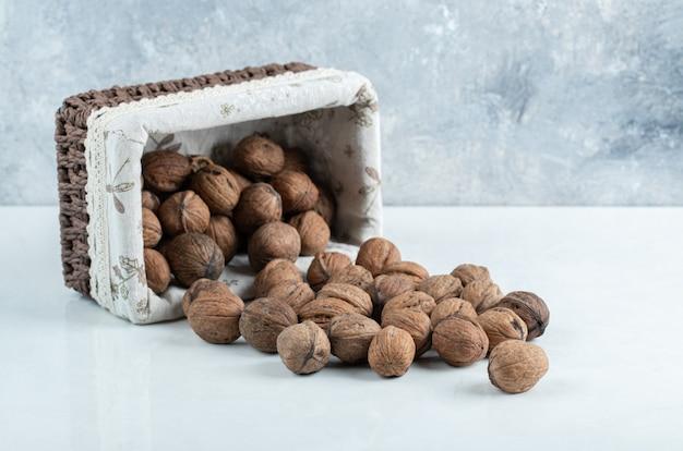 Een mand vol gezonde rauwe walnoten.