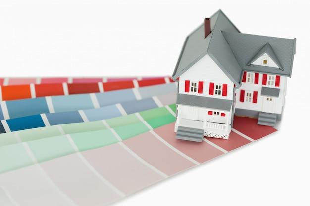 Een maniatuurhuis en een kleurenkaart