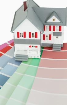 Een maniatuurhuis op een kleurenkaart