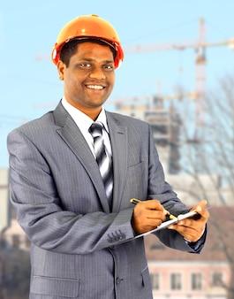 Een mannelijke bouwvakker een bouwterrein.