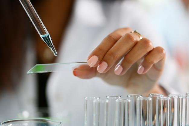 Een mannelijke chemicus houdt reageerbuis van glas