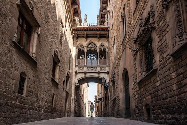 Een mannelijke reiziger met een rugzak die de gotische wijk van de stad barcelona, spanje bezoekt
