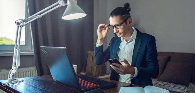 Een mannelijke zakenman werkt op afstand in de modus voor thuiskantoor