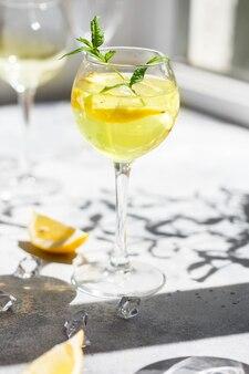 Een margarita cocktail met een schijfje citroen in het glas.