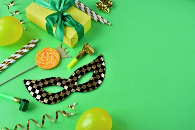 Een masker met een kerstdoos en versieringen op groen papier is ten strengste verboden.