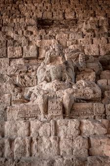 Een maya-figuur op de trappen van de copan ruinas-tempels. honduras