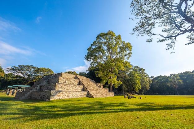 Een maya-piramide in de copan ruins-tempels