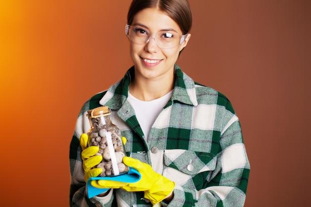 Een medewerker van een schoonmaakbedrijf voert opdrachten uit voor kantoorschoonmaak