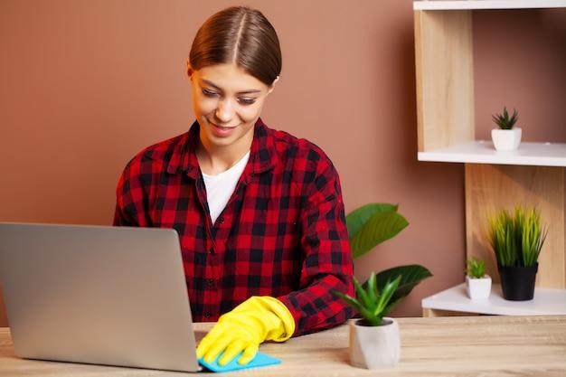 Een medewerker van het schoonmaakbedrijf voert opdrachten uit voor kantoorschoonmaak