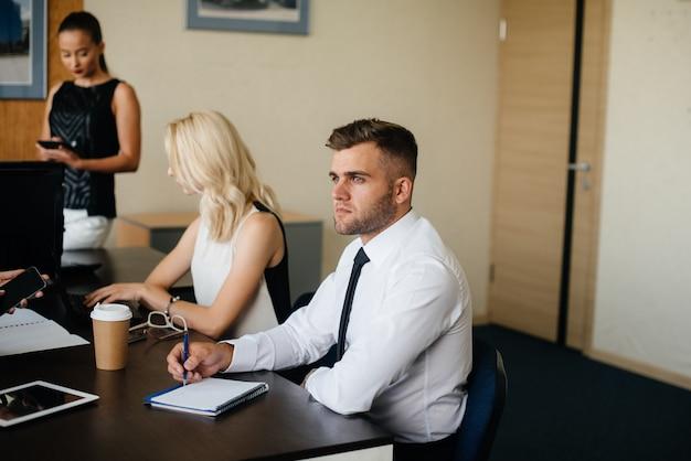 Een medewerker zit tijdens een bijeenkomst in het business, finance team