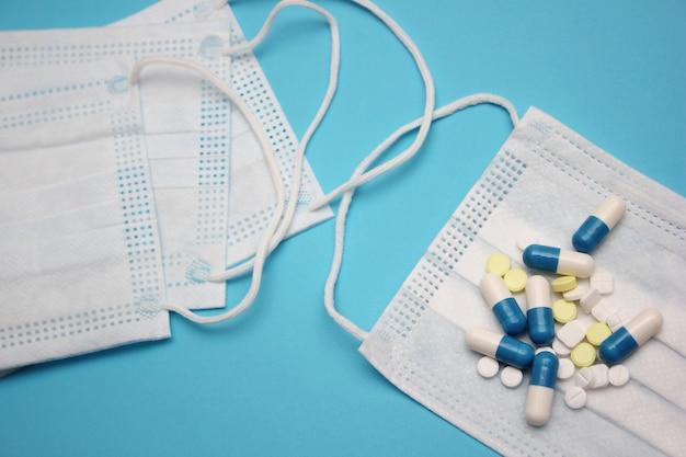 Een medisch masker en veel pillen en pillen