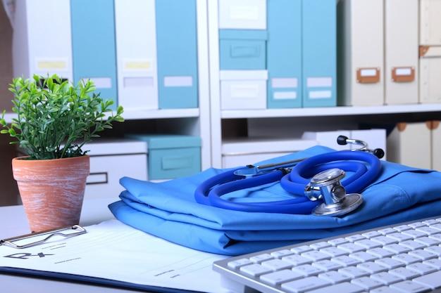Een medische stethoscoop en een rx-recept liggen op een medisch uniform