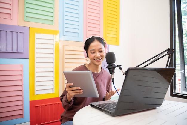 Een meisje dat in een microfoon spreekt tijdens het opnemen van een videoblog voor abonnees