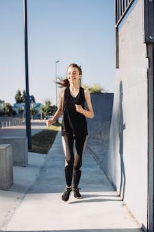Een meisje dat 's ochtends jogt