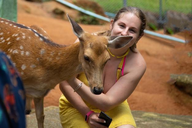 Een meisje en een reekalf een hertenbaby
