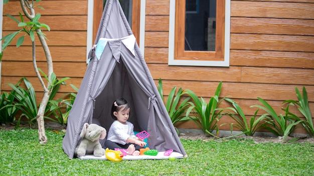Een meisje en haar tent