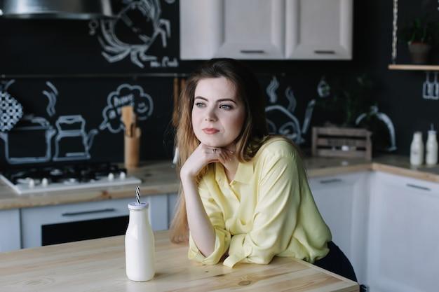 Een meisje in de keuken thuis