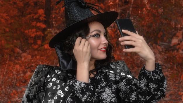 Een meisje in een carnavalskostuum trekt een gezicht voor halloween