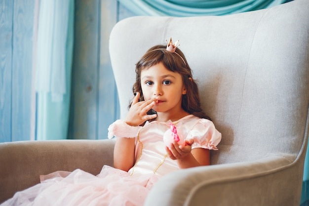 Een meisje in een fotostudio