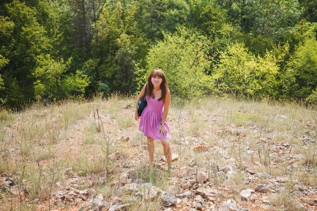 Een meisje in een korte roze jurk in een zonnige krim
