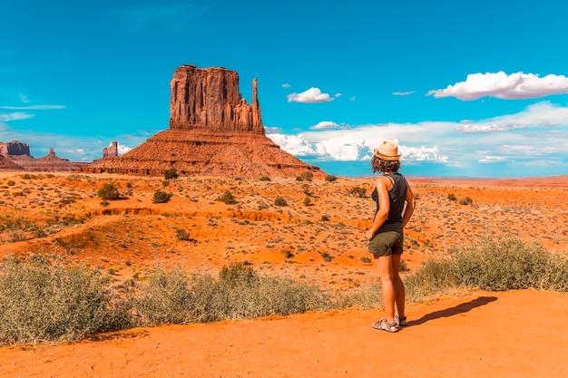 Een meisje in een zwart t-shirt in monument valley national park in the mittens en merrick butte point