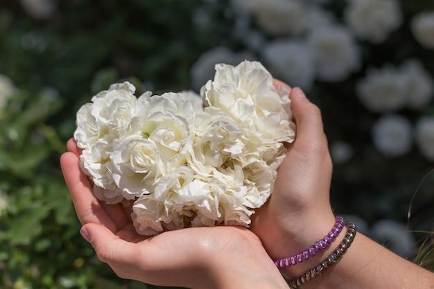 Een meisje met bloemen in haar handen