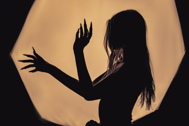 Een meisje met een blote rug, ernstige dunheid en uitstekende ribben