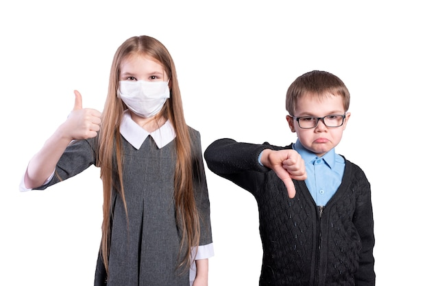 Een meisje met een masker laat het goed zien, een jongen zonder masker laat het slecht zien. geïsoleerd op een witte achtergrond. hoge kwaliteit foto