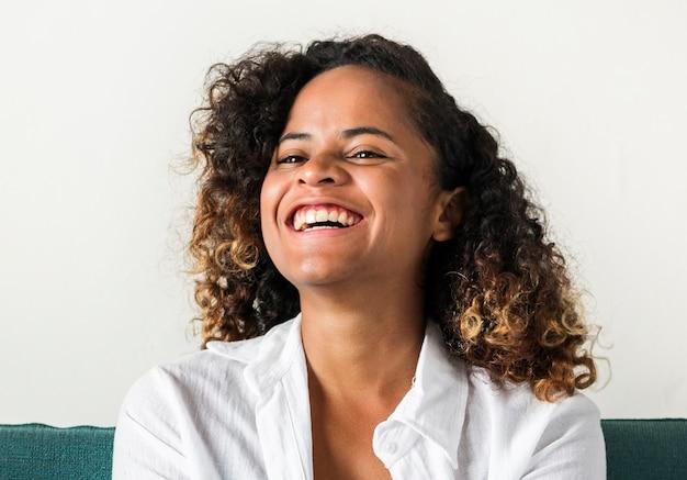 Een meisje met een positieve glimlach