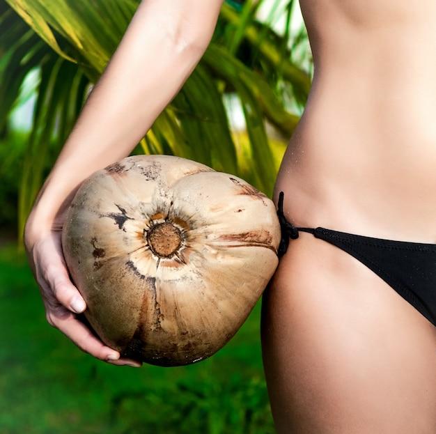 Een meisje met kokosnoot close-up mode portret