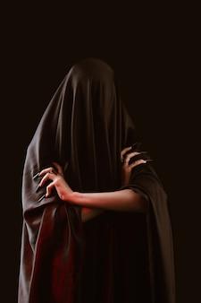 Een meisje met lang haar van een heks probeert zichzelf in brand te steken