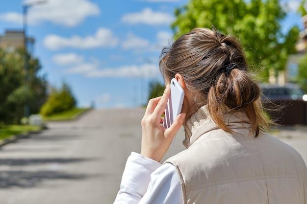 Een meisje roept de telefoon in haar hand.