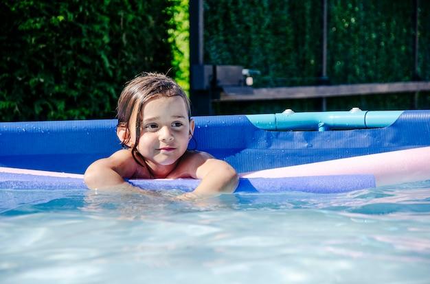 Een meisje speelt graag in het zwembad