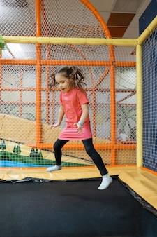 Een meisje springt op een trampoline