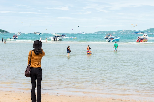 Een meisje stond te wachten op een boottocht op het strand.