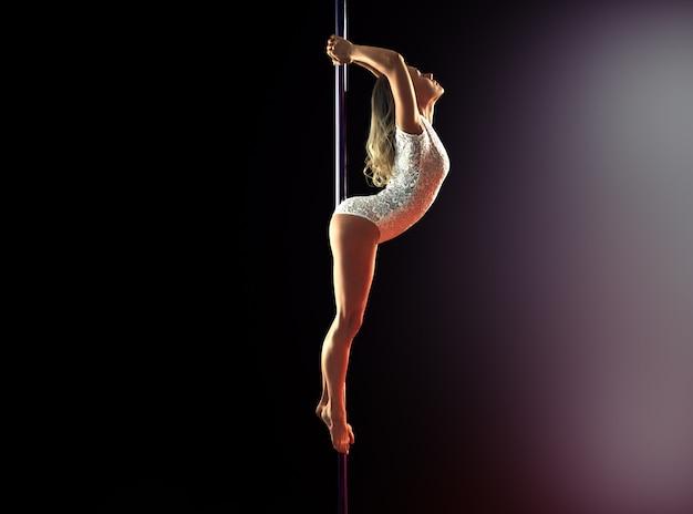 Een meisje voert een element op een pyloon uit