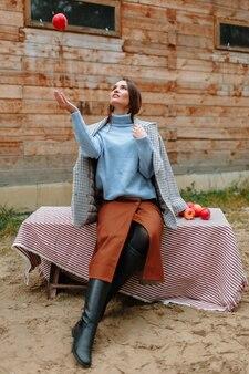 Een meisje zittend op een bankje