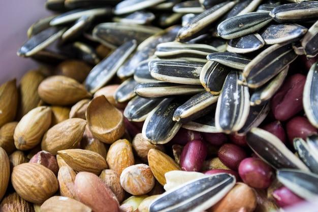 Een mengsel van verschillende soorten noten en zaden gemalen noten amandel zaden