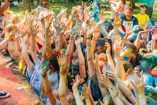 Een menigte van gelukkige mensen bij de viering van het holi-festival van kleuren