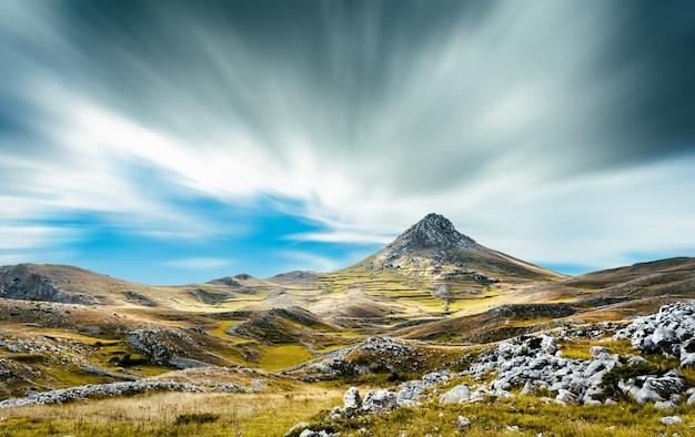 Een mening van de bergen van abruzzo (italië) dichtbij campo imperatore.