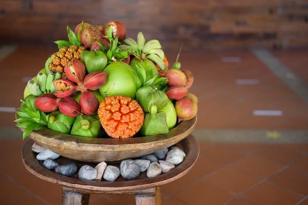 Een mening van divers exotisch fruit dat bij de receptie van het hotel wordt gepresenteerd.