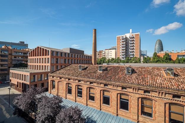 Een mening van gebied van poblenou, oud industrieel district omgezet in nieuwe moderne buurt in barcelona, spanje