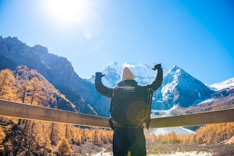 Een mensensucces die in sneeuw piekberg bij de herfst wandelen, Mensen die concept reizen
