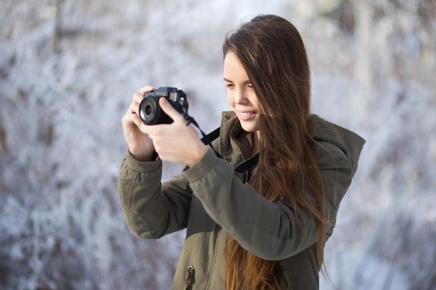 Één met sneeuw dame in openlucht