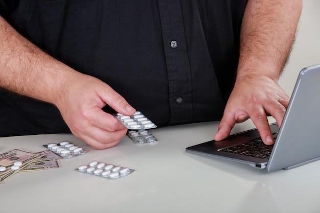 Een metaforische scène waarin drugs worden besteld via internet.