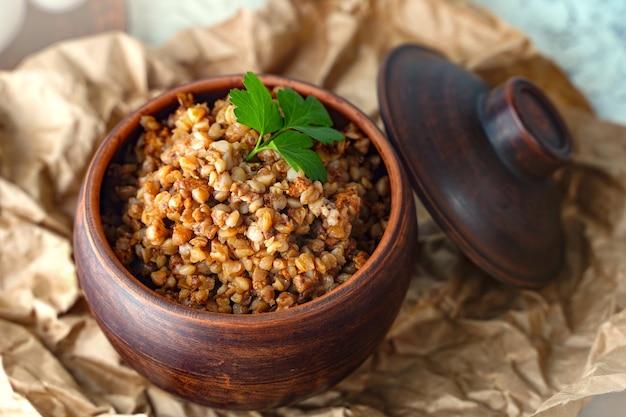 Een methode om maïskolven te koken op een open vuur geroosterde suikermaïs met kruiden gegrilde groenten vege...
