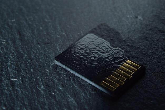 Eén micro-sd-kaart lie, met gouden contacten aan de bovenkant. detailopname.
