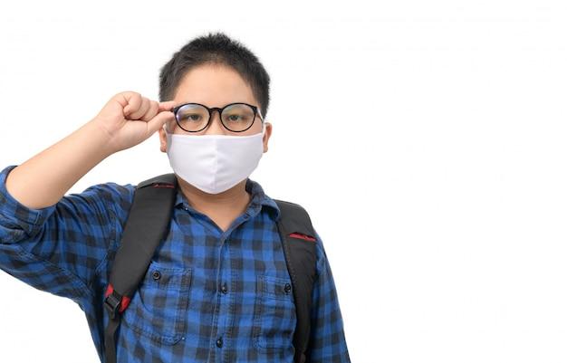 Een middelbare school jongen student dragen masker en bril met rugzak