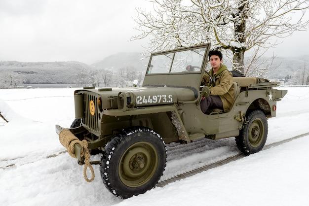 Een militair voertuig in de sneeuw